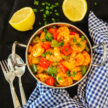 5-ingredient garlic prawns with bell peppers in a silver bowl